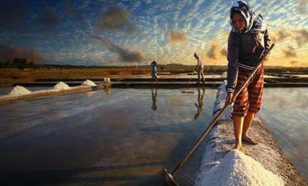 KAJIAN PUISI INDONESIA TERBARU | PEREMPUAN ITU MENGGERUS GARAM